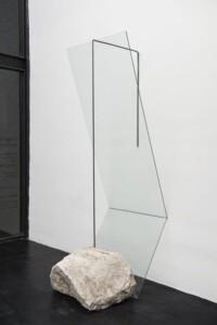 Nadir #8. Acero, vidrio y piedras. 204 x 240 x 80 cm